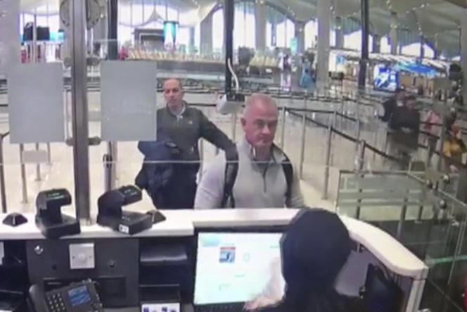 Capture de la vidéo de la caméra de sécurité montrant Michael L. Taylor et George-Antoine Zayek, à l'aéroport d'Istanbul, le 30 décembre 2019.