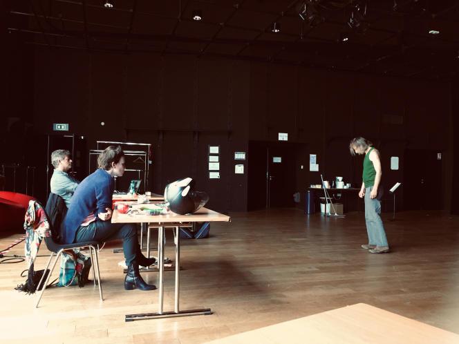 La metteuse en scène Alice Laloy (assise, au premier plan) lors des auditions au Nouveau Théâtre de Montreuil, le 18 mai.