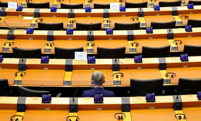 Un eurodéputé assiste à une session extraordinaire du Parlement européen, à Bruxelles, le 26 mars.