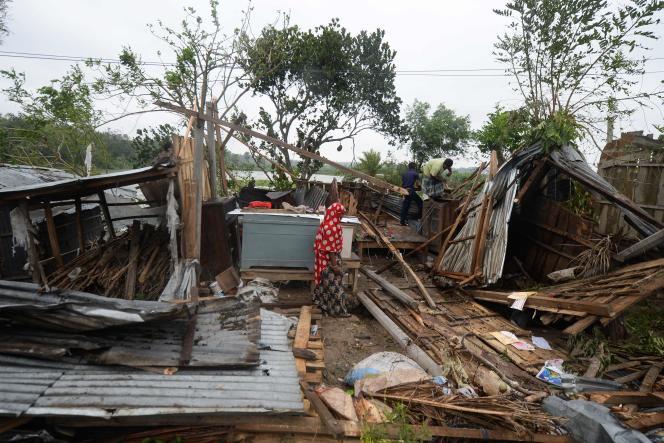 Après le passage du cyclone, des Bangladais commencent à réparer leur maison détruite, dans une zone proche des côtes à l'est du pays.