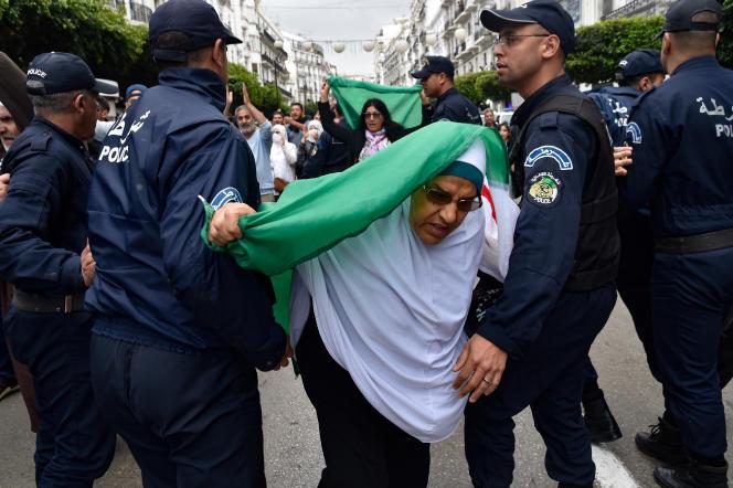 Des policiers tentent de disperser une manifestation antirégime à Alger, le 14 mars 2020.