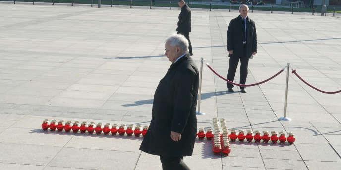 Jaroslaw Kaczynski, le chef de file du parti Droit et justice, le 10 avril, à Varsovie, lors d'un hommage aux victimes du crash de l'avion présidentiel à Smolensk, en Russie, le 10 avril 2010.