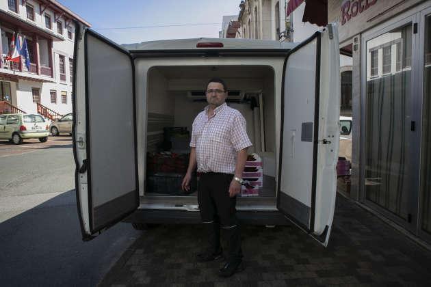 José Arruabarrena a 53 ans. Il est propiétaire d'une rôtisserie - traiteur. Deux fois par semaine, il se rend en Navarre où il se fournit en légumes; artichauts, cerises… Il habite à Irun et vit à Hendaye. Il traverse le pont Saint Jacques plusieurs fois par jour. Il peut attendre juqu'à 1h pour traverser. Après deux mois de pandémie, il est épuisé.