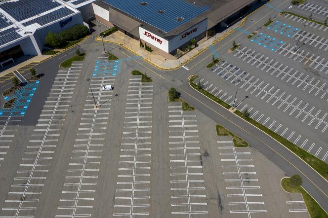 Le parking vide du magasin J.C. Penney, dans le centre commercial de Woodbridge (New Jersey), le 21 mai.