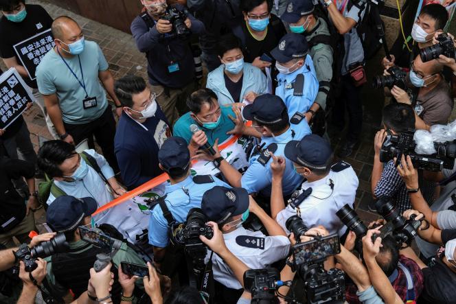 Une bagarre entre manifestants et la police lors d'une marche contre les nouvelles lois sur la sécurité, à Hong Kong, Chine, le 22 mai 2020.
