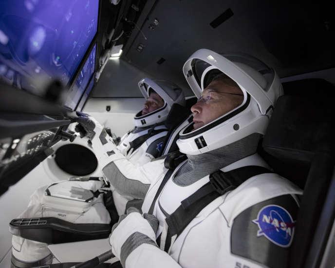 Le 19 mars, les astronautes Robert Behnken et Douglas Hurley s'entraînent sur le simulateur de vol de SpaceX au centre spatial Kennedy, à Cap Canaveral, en Floride.