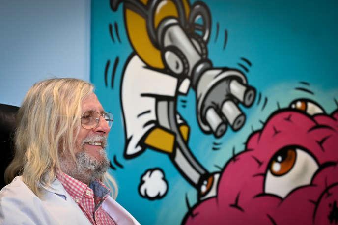 Didier Raoult dans son bureau del'institut hospitalo-universitaire Méditerranée Infection de Marseille (IHU), le 26 février.