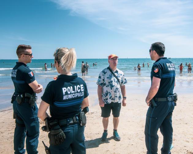 Des agents de la police municipale surveillent le bon respect des consignes de sécurité par les plagistes et répondent à leurs questions.