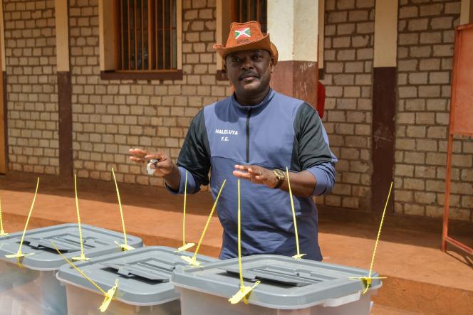 Pierre Nkurunziza (CNDD-FDD) vote lors des élections générales et présidentielles à Buye, dans le nord du Burundi, le 20 mai.