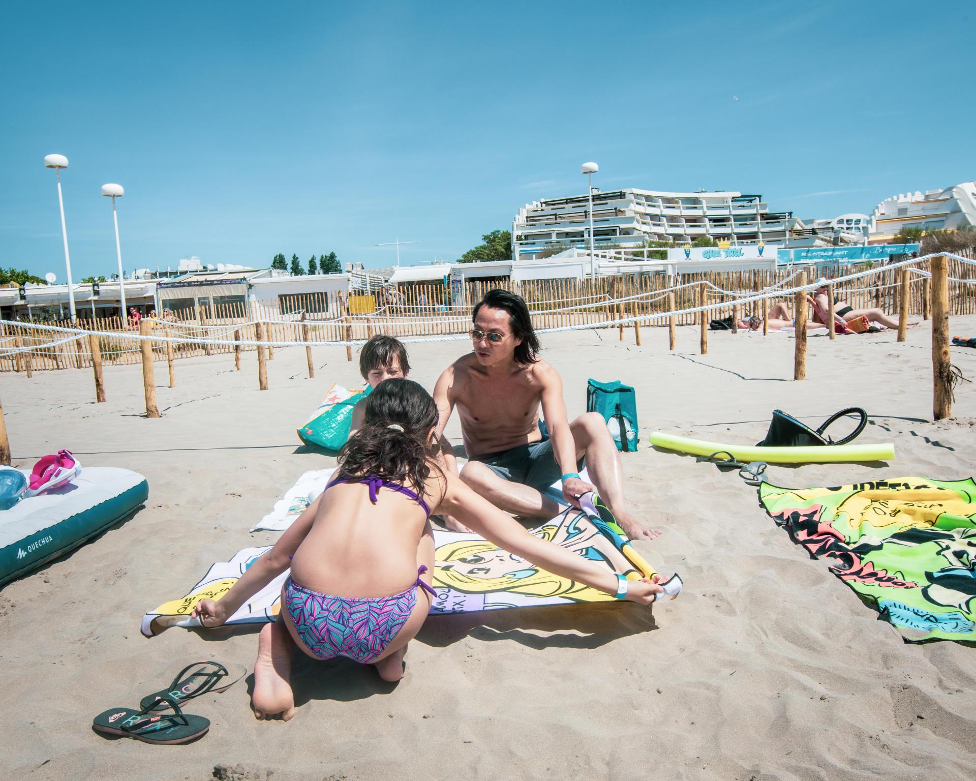 Nhan et ses deux enfants, à la plage du Couchant, à La Grande-Motte, le 21 mai.
