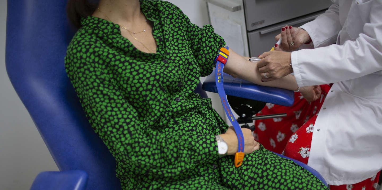 Une patiente lors d'un test sérologique (prélèvement sanguin) pour le Covid-19 dans un laboratoire de biologie Bioclinic, à Boulogne-Billancourt, en France, le 22 mai 2020.