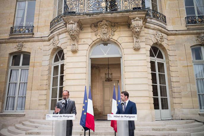 Le premier ministre, Edouard Philippe, prend la parole aux côtés du ministre de l'intérieur, Christophe Castaner, à Matignon, le 22 mai.