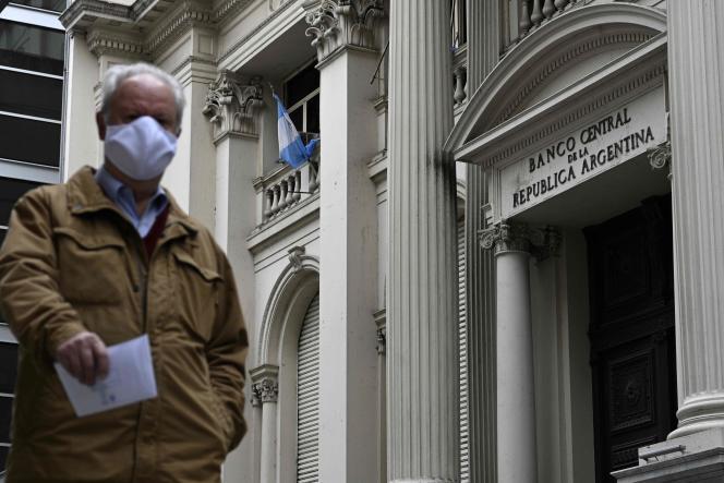 Un homme passe devant la Banque centrale argentine, le 22 mai à Buenos Aires.