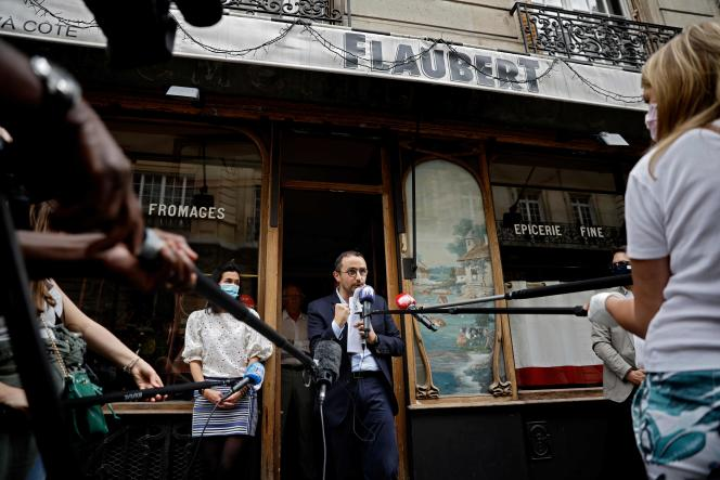 Stéphane Manigold, lors d'une conférence de presse donnée devant l'un de ses restaurants, Le Bistrot d'à côté Flaubert, à Paris, le 22 mai.