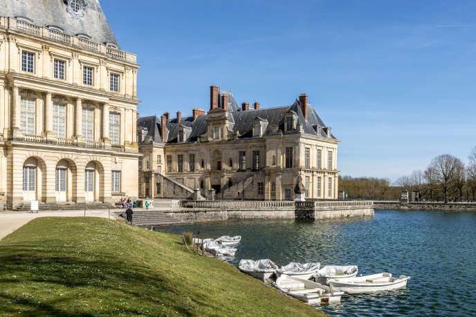 Les bâtiments de la cour de la fontaine et l'étang aux carpes au château deFontainebleau (Seine-et-Marne), en mars 2018.
