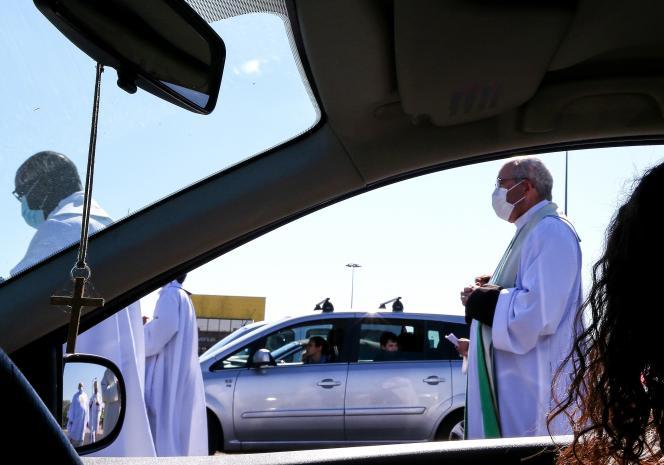 Une messe organisée sur un parking pour 500 fidèles catholiques restés dans leurs véhicules, à Chalons-en-Champagne (Marne), le 17 mai.
