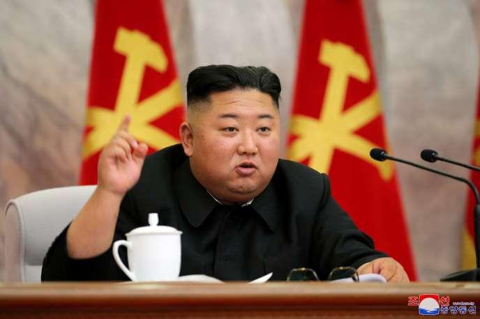 Photo officielle du dirigeant nord-coréen Kim Jong-un lors de la conférence du comité central militaire, diffusée le 23mai.