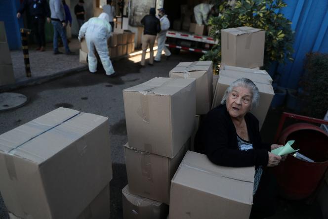 Le gouvernement distribue des colis de vivre au moment de l'épidémie de coronavirus,à Santiago du Chili, le 22 mai 2020.