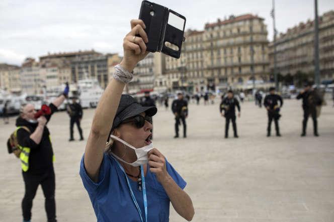 Une infirmière prend part à une manifestation,samedi16 mai, sur le Vieux-Port à Marseille.