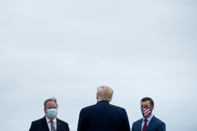 Donald Trump accueilli par des représentants locaux lors d'une visite officielle à Romulus, dans le Michigan, le 21 mai.