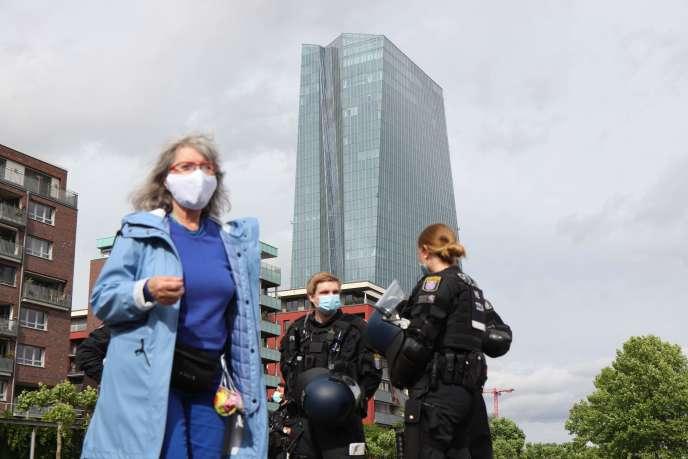 Devant le siège de la Banque centrale européenne, à Francfort, le 23 mai.