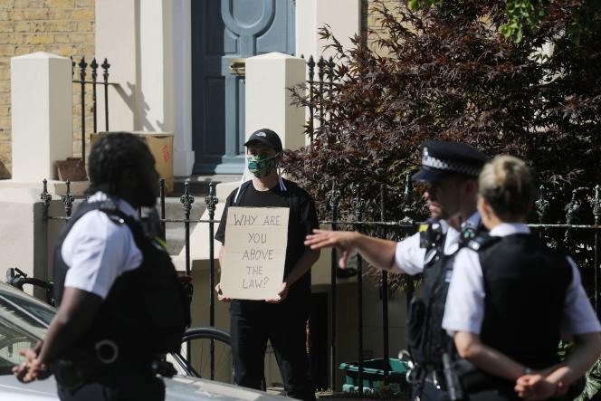 Un manifestant devant la résidence de Dominic Cummings à Londres, le 24 mai.
