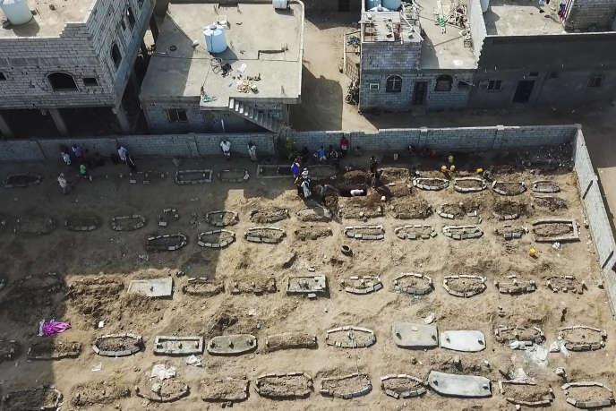 Le cimetière Radwan, à Aden (Yémen), où le nombre de nouvelles tombes ne cesse de grimper,le 21 mai.