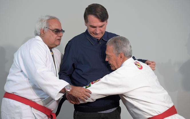 Robson Gracie, fils de Carlos Gracie, remet devant la presse une ceinture noire de ju-jitsu à Jair Bolsonaro,à Rio de Janeiro, le 25 octobre 2018.