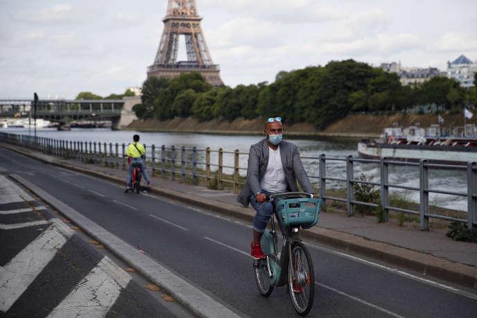 Cycliste le long de la Seine, à Paris, le 24 mai 2020.