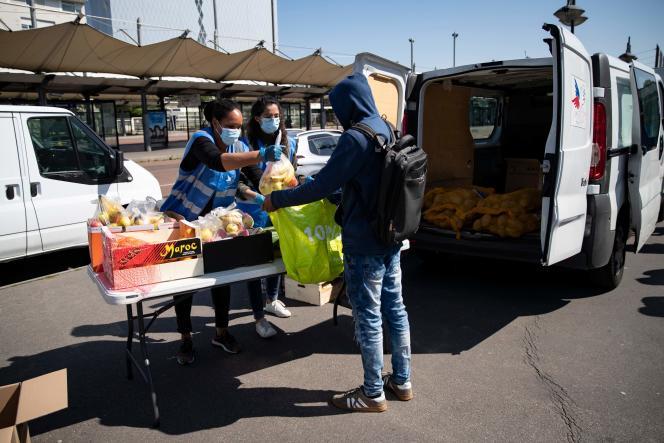 Des bénévoles du Secours populaire distribuent des colis alimentaires à des étudiants à Saint-Denis (Seine-Saint-Denis), le 6 mai.