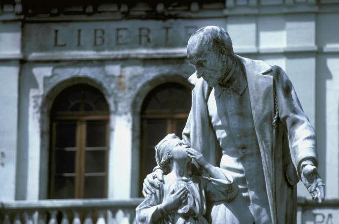 Une statue érigée en hommage à Victor Schoelcher, sur la place du Palais de justice de Fort-de-France, en Martinique.