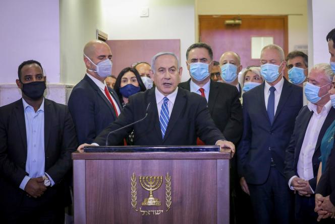 Benyamin Nétanyahou entouré de parlementaires et ministres de son parti, le Likoud, avant son entrée au tribunal de Jérusalem, le 24 mai.