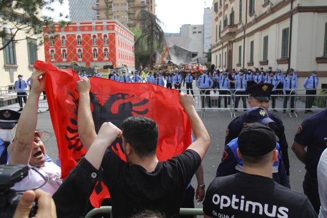 Des manifestants protestent contre la démolition du bâtiment du Théâtre national, à Tirana en Albanie, le 17 mai.