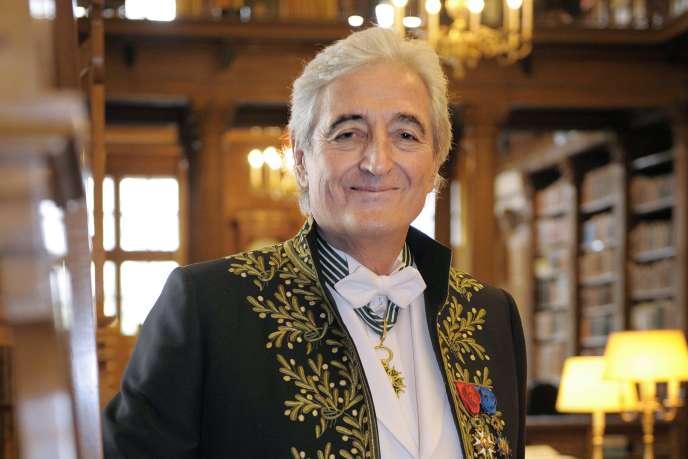 Jean-Loup Dabadie dans son costume d'académicien, le 12 mars 2009.