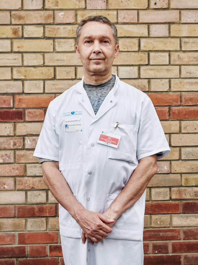 Philippe Nuss, psychiatre à l'hôpital Saint-Antoine (ici, le 22 mai), voit cette pandémie comme « une injonction du réel dans la gestion comptable ».