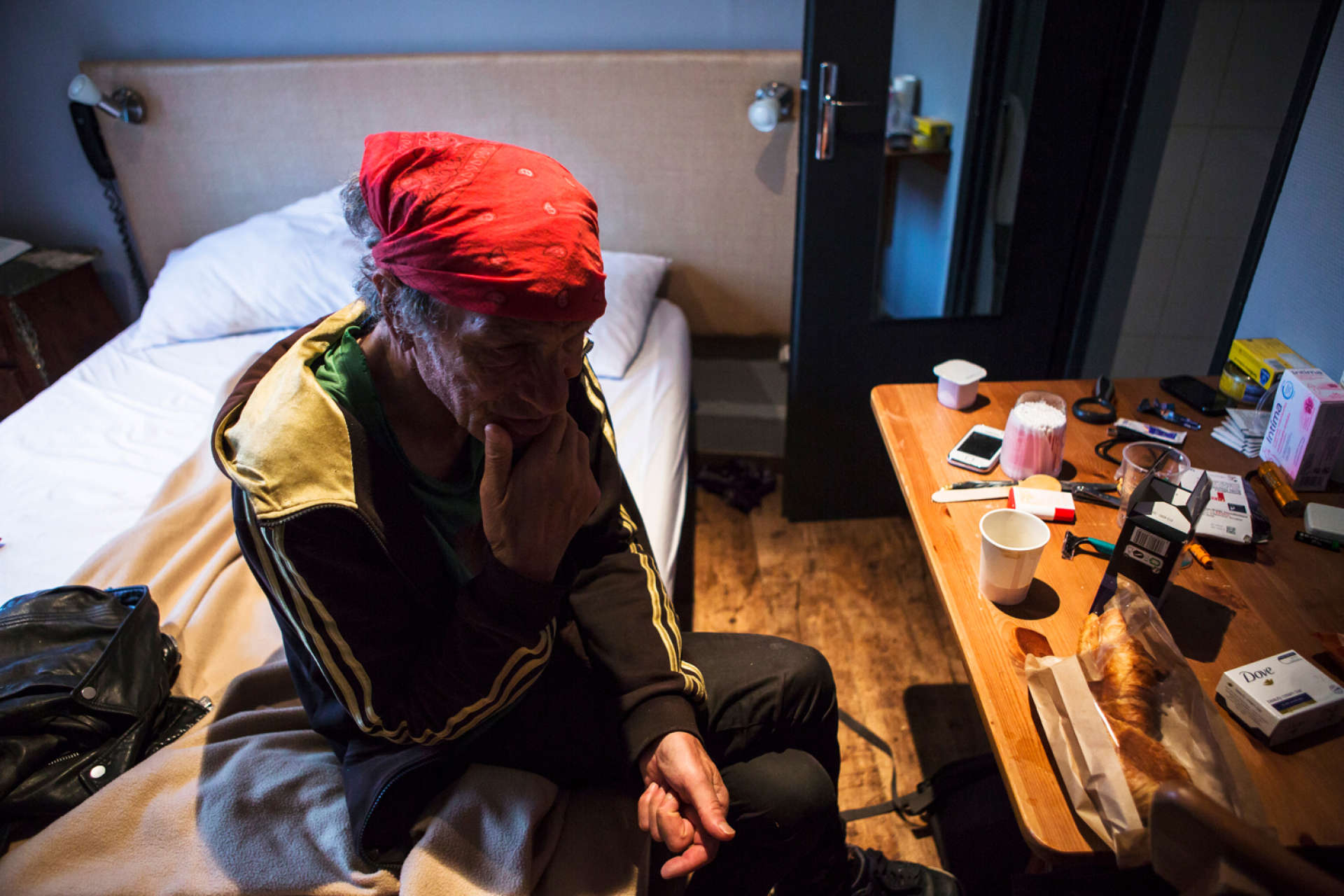 Bruno, un ancien musicien, est devenu une figure de la rue à Toulouse. Ici dans sa chambre avant de prendre son petit déjeuner.