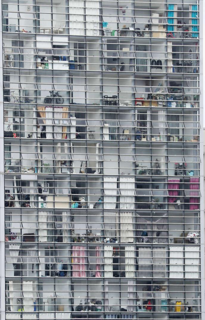 La façade d'un immeuble d'habitation à La Défense (Hauts-de-Seine), le 27 avril.