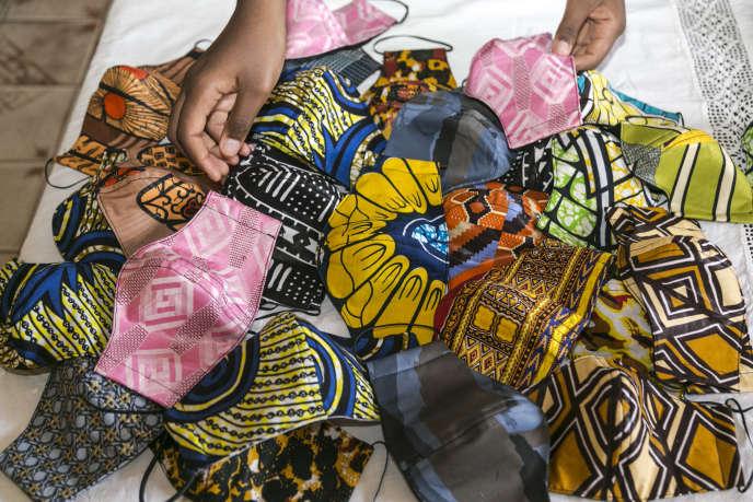 Le 23 avril 2020 à Yaoundé, une famille fabrique des masques de protection contre le Covid-19.