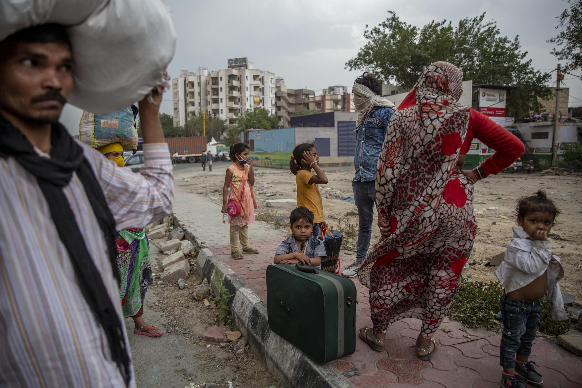 Rajender travaille dans la banlieue de New Delhi, il a pris la route avec sa famille pour Jhansi à 500 kilomètres plus au sud, le 14 mai : « Nous ne pouvons plus rester, nous n'avons pas pu travailler depuis deux mois, nous n'avons pas d'autres choix que de marcher. »