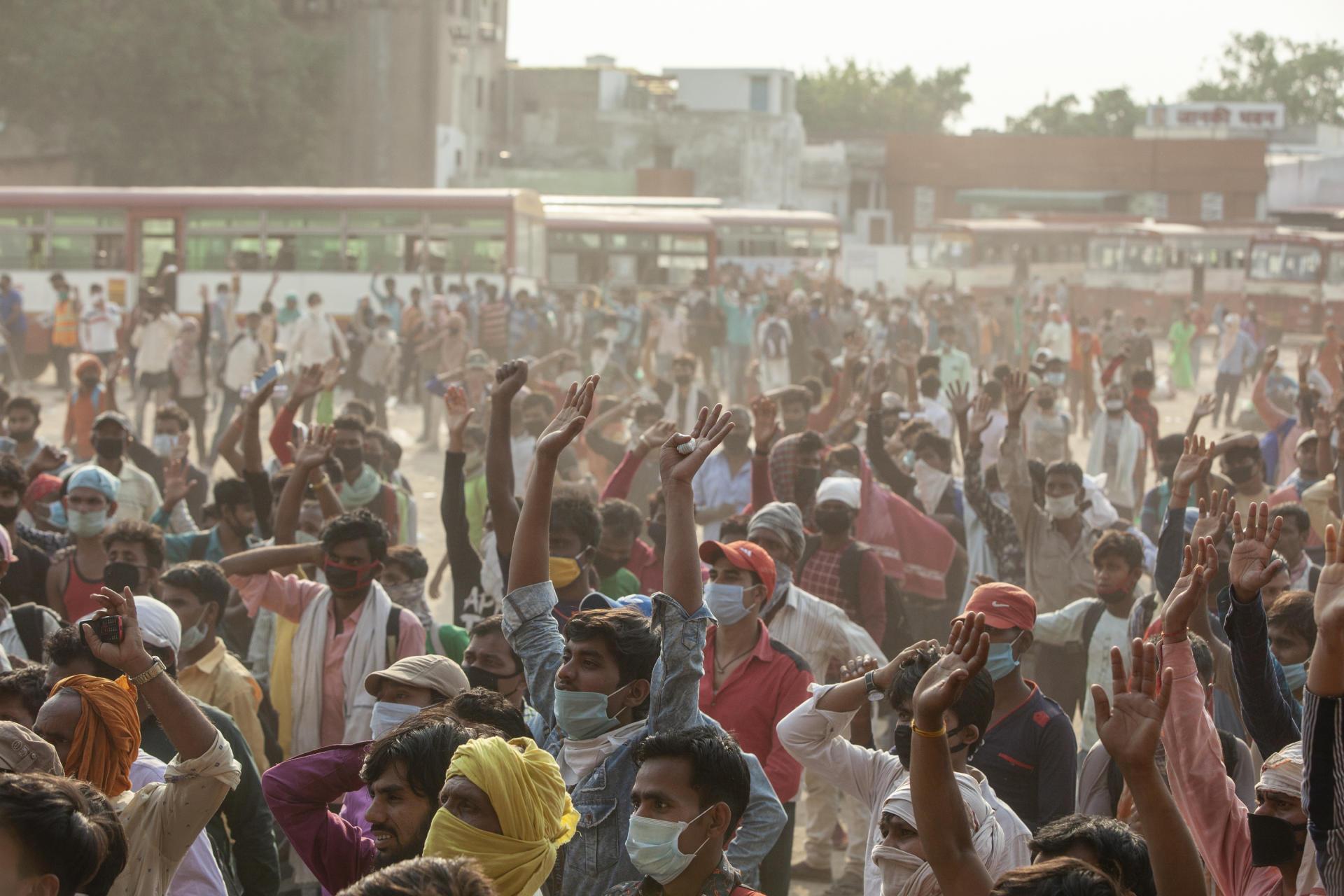 A la gare routière de Ghaziabad (Uttar Pradesh) dans la grande banlieue de New Delhi, le 18 mai, des millers de travailleurs attendent l'annonce du départ vers leur destination.
