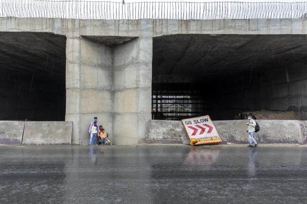 A la frontière entre les Etats de Delhi et de l'Uttar Pradesh, le 27 mars. L'annonce du confinement, deux jours auparavant, a provoqué l'arrêt des transports publics.