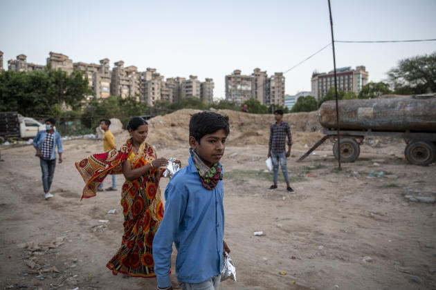 A Gurgaon (État de l'Haryana), dans la grande banlieue de New Delhi, le 3 avril. Les travailleurs ne reçoivent aucune aide et subsistent grâce à des distributions de nourriture organisées par les citoyens.