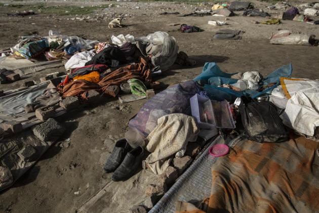 Au pied d'un pont de la rivière Yamuna, le 18 avril, à New Delhi, les travailleurs rassemblent leurs affaires personnelles à l'endroit où ils dorment.