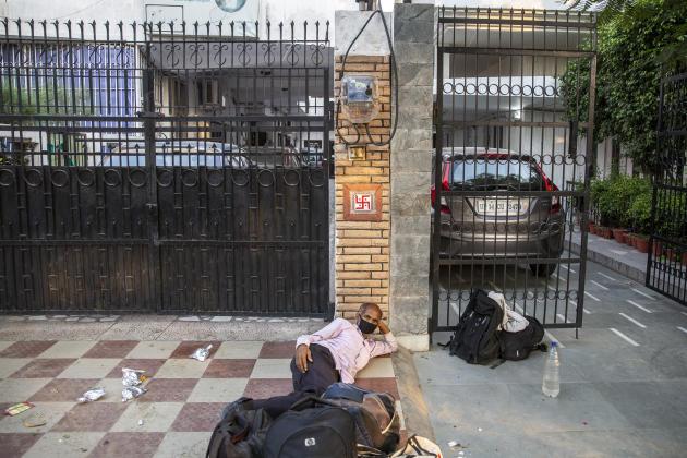 Ghaziabad (Uttar Pradesh), le 18 mai. Un travailleur s'est installé sur le trottoir d'une rue d'un quartier résidentiel.