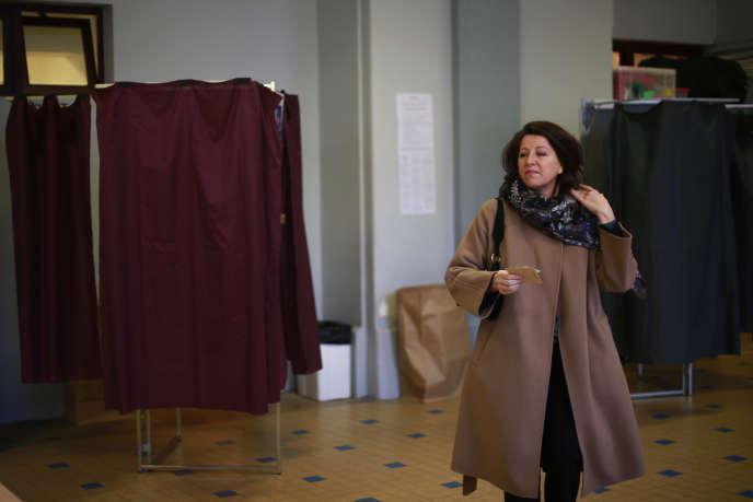 Agnès Buzyn, dans un bureau de vote parisien lors du premier tour des élections municipales, le 15 mars.