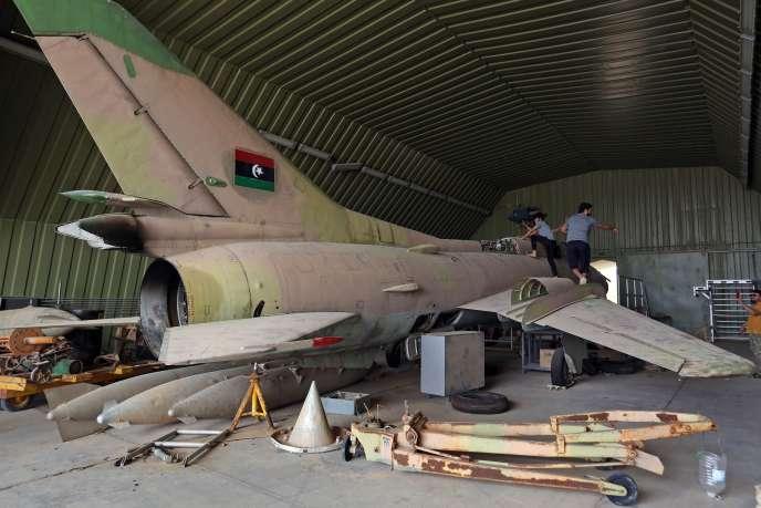 Des combattants du gouvernement d'accord national (GAN)sur un avion MiG 23 de la base aérienne d'Al-Watiya, au sud-ouest de Tripoli, qu'ils ont reprise à l'Armée nationale libyenne (ANL) du maréchal dissident Haftar, le 18 mai.