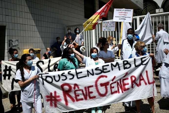 Manifestation du personnel soignant devant l'hôpital Robert-Debré à Paris, le 21 mai.