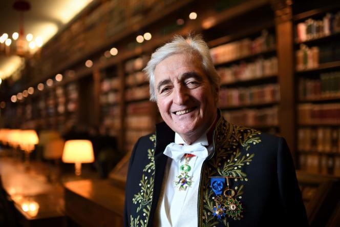 Jean-Loup Dabadie dans la bibliothèque de l'Académie française à Paris, en décembre 2016.