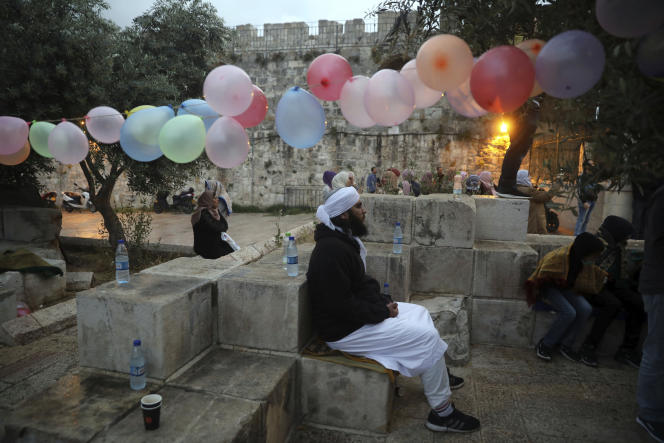 Un fidèle musulman se prépare à la célébration de l'Aïd, fin du ramadan, à Jérusalem, le 24 mai.