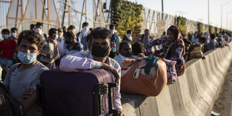 29 MarchNew DelhiWorkers who were attempting to leave the city on foot to go back to their homes in the villages and towns of  the neighbouring state of Uttar Pradesh being stopped near the border by the police. No movement has been allowed during the covid lockdown/curfew leaving those dependednt on daily work and wages in a precarious situation.